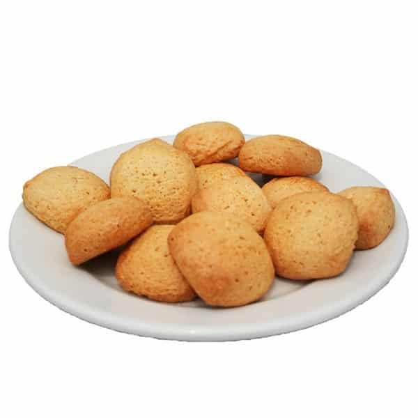 Assiette de Canistrelli aromatisés au citron fabriqués de façon artisanale par la Biscuiterie d'Azur.